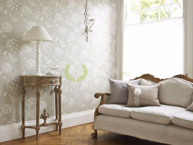 Tapet cu model floral - hortensii in nuantele bej cu alb.