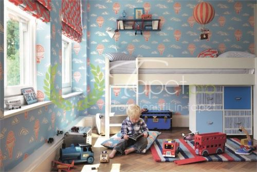 Tapet pentru copii, fundal albastru cu baloane rosii.