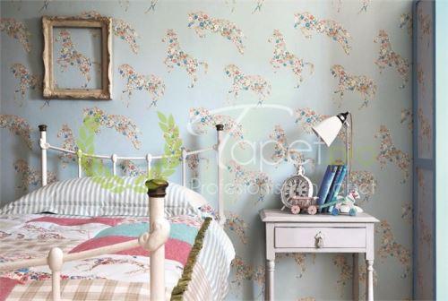 Tapet pentru copii albastru deschis cu imprimeu floral si unicorni.