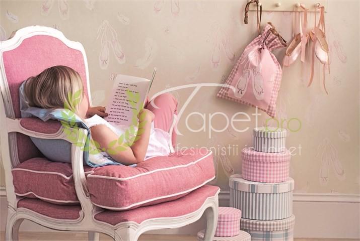 Tapet pentru fetite roz pal sidefat cu balerine.