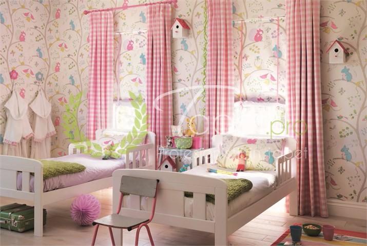 Tapet pentru copii colorat cu veverite si copaci.