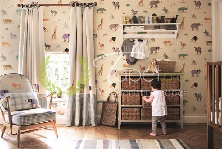 Tapet pentru copii cu animale de savana, nuante de bej si portocaliu.