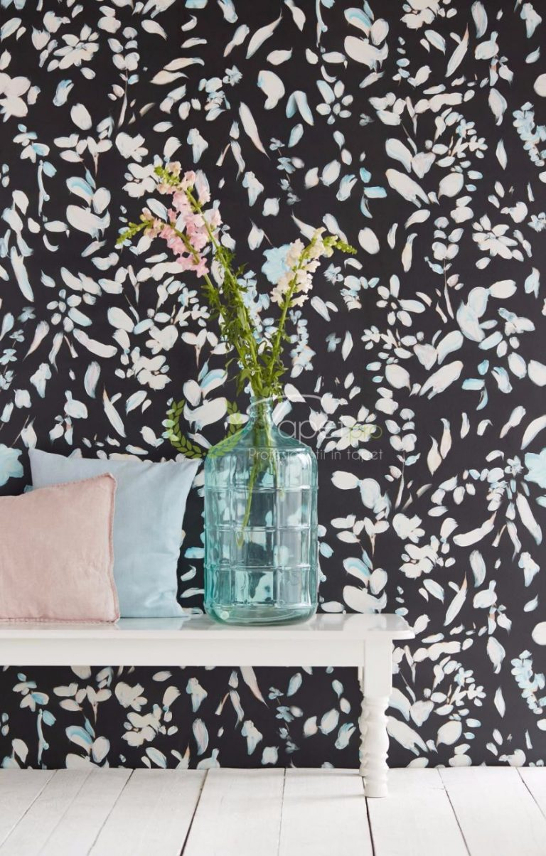 Tapet cu model floral stilizat, nuante de albastru si roz pal, fundal negru.