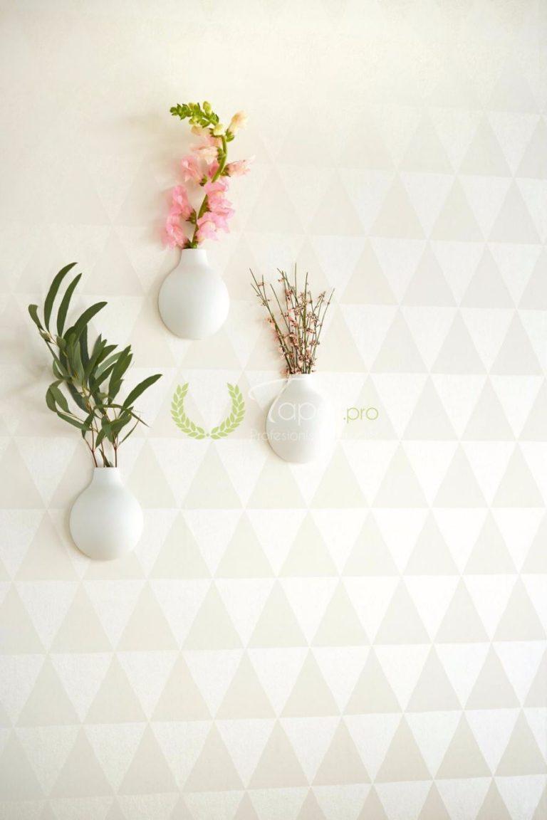 Tapet forma geometrica de triunghi in nuante de alb si bej.