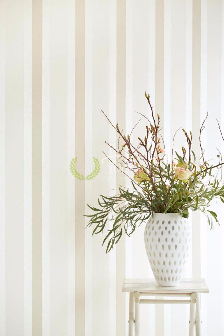 Tapet din hartie cu dungi verticale usor texturate cu nuante de ivoire, crem si gri.