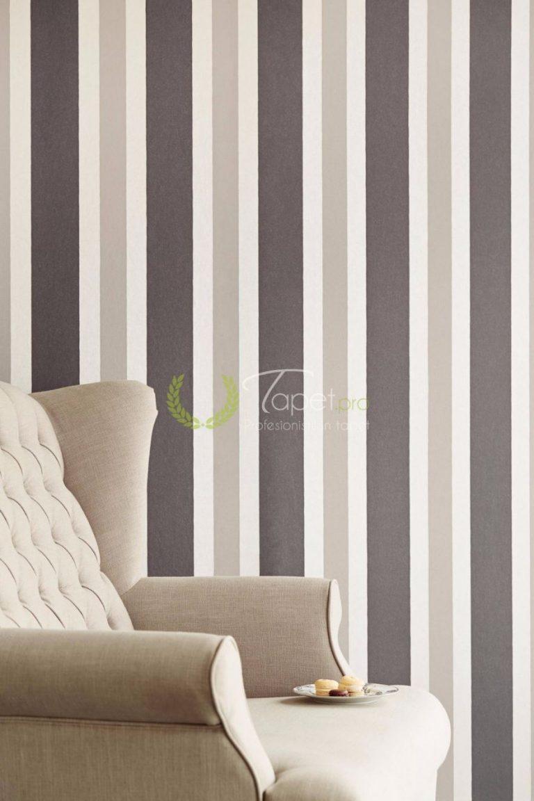 Tapet din hartie cu dungi verticale, usor texturale, in prim plan cu nuante de gri.