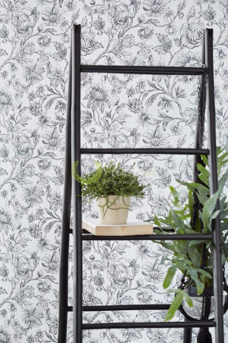 Tapet smart paper cu insertii florale de culoare gri inchis pe fundal alb.
