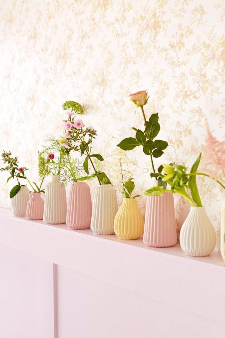 Tapet din vinil cu imprimeu floral in nuanta de roz pal.