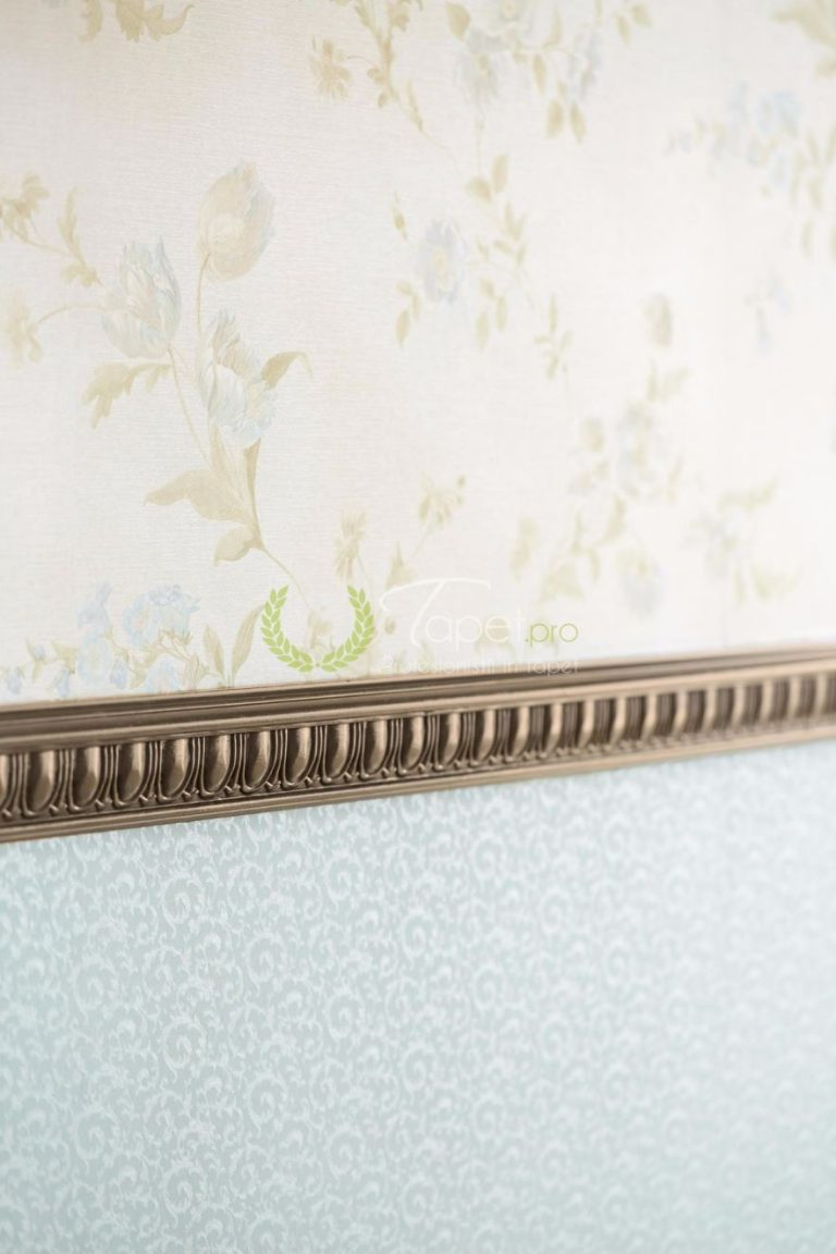 Tapet din vinil, fundal crem cu elemente florale, nuante pale de bej si albastru.