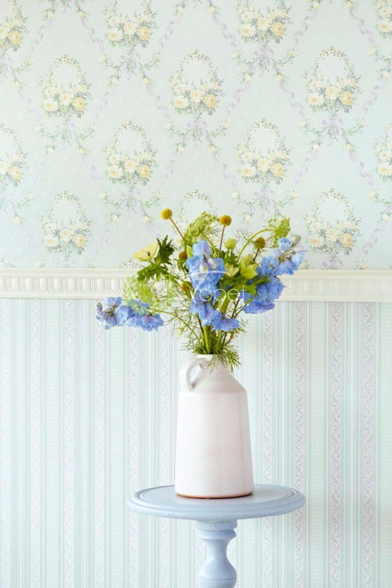 Tapet cu elemente florale in nuanta de albastru deschis si bej.