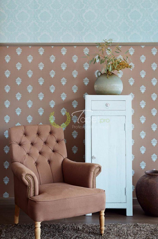 Tapet cu imprimeu clasic maroniu si elemente decorative florale turcoaz.