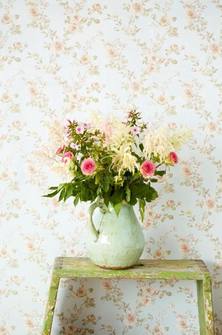 Tapet cu print floral nuantate roz, verde si bej.