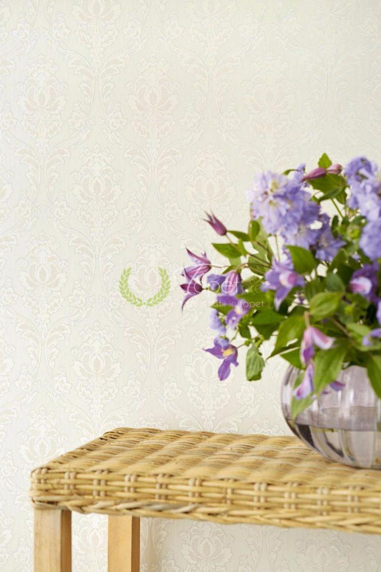 Tapet cu imprimeu clasic floral in nuanta de gri deschis cu decor de alb.