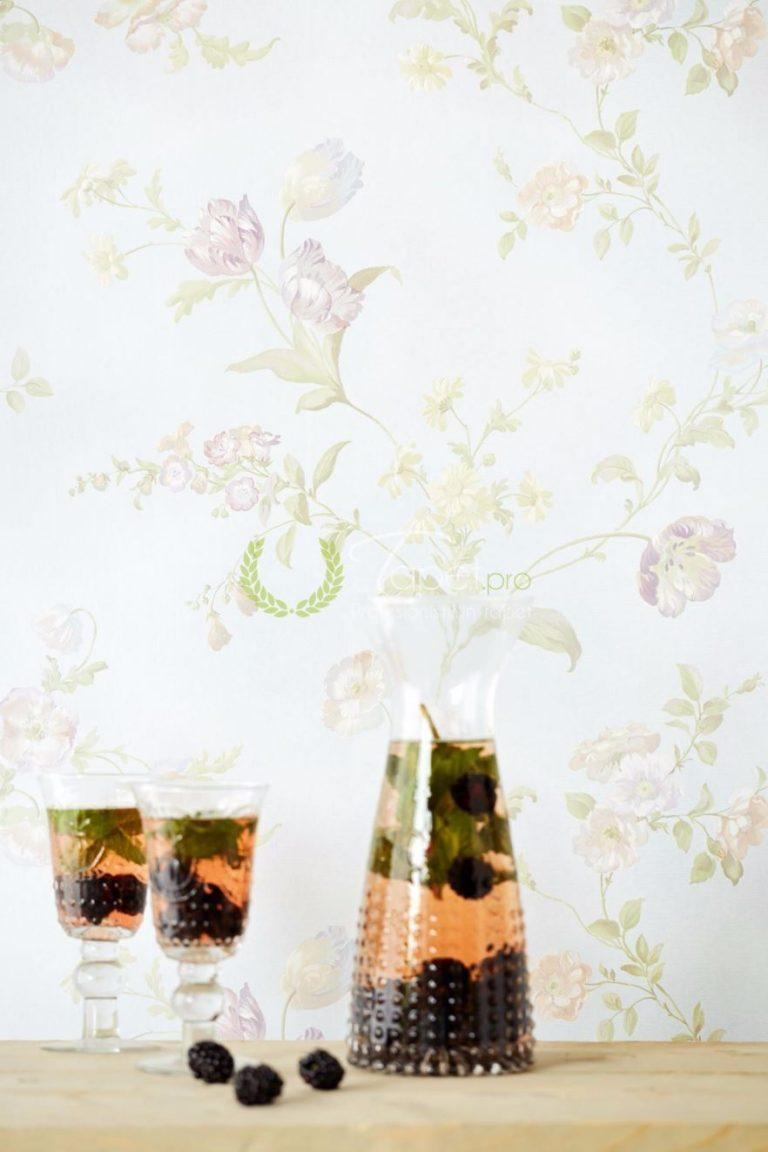 Tapet cu imprimeu floral lila si elemente decorative nuanta de lila si albastru deschis.
