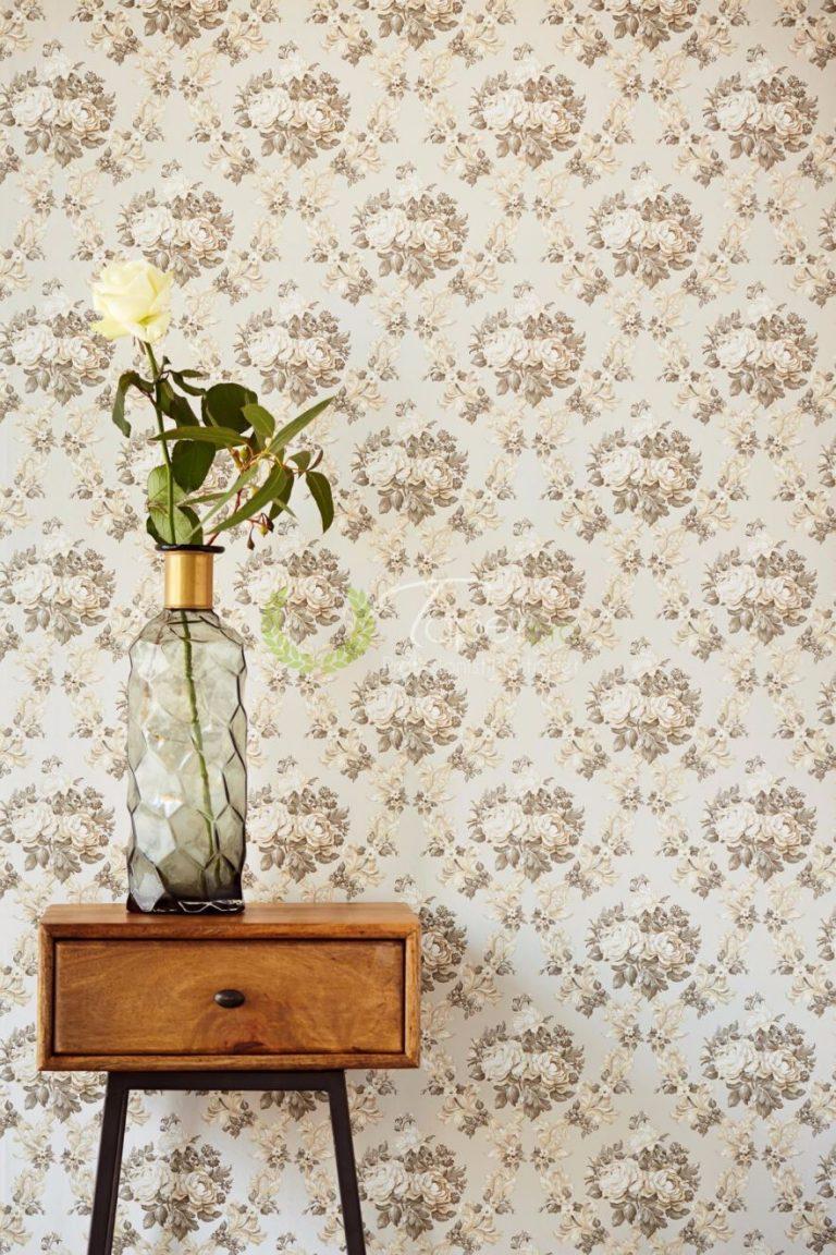Tapet floral cu tapet gri-bej si flori decorative.