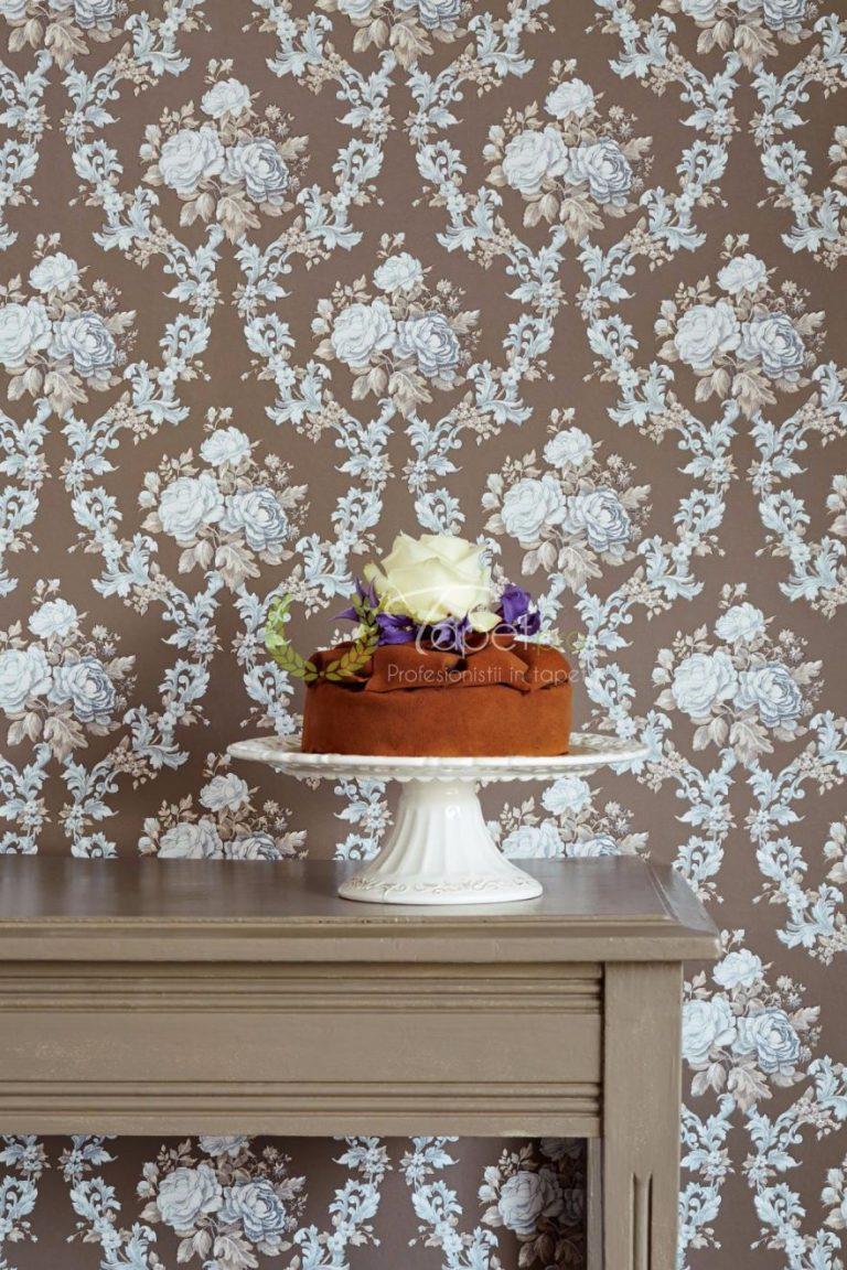 Tapet clasic cu imprimeu floral turcoaz si fundal bej inchis.