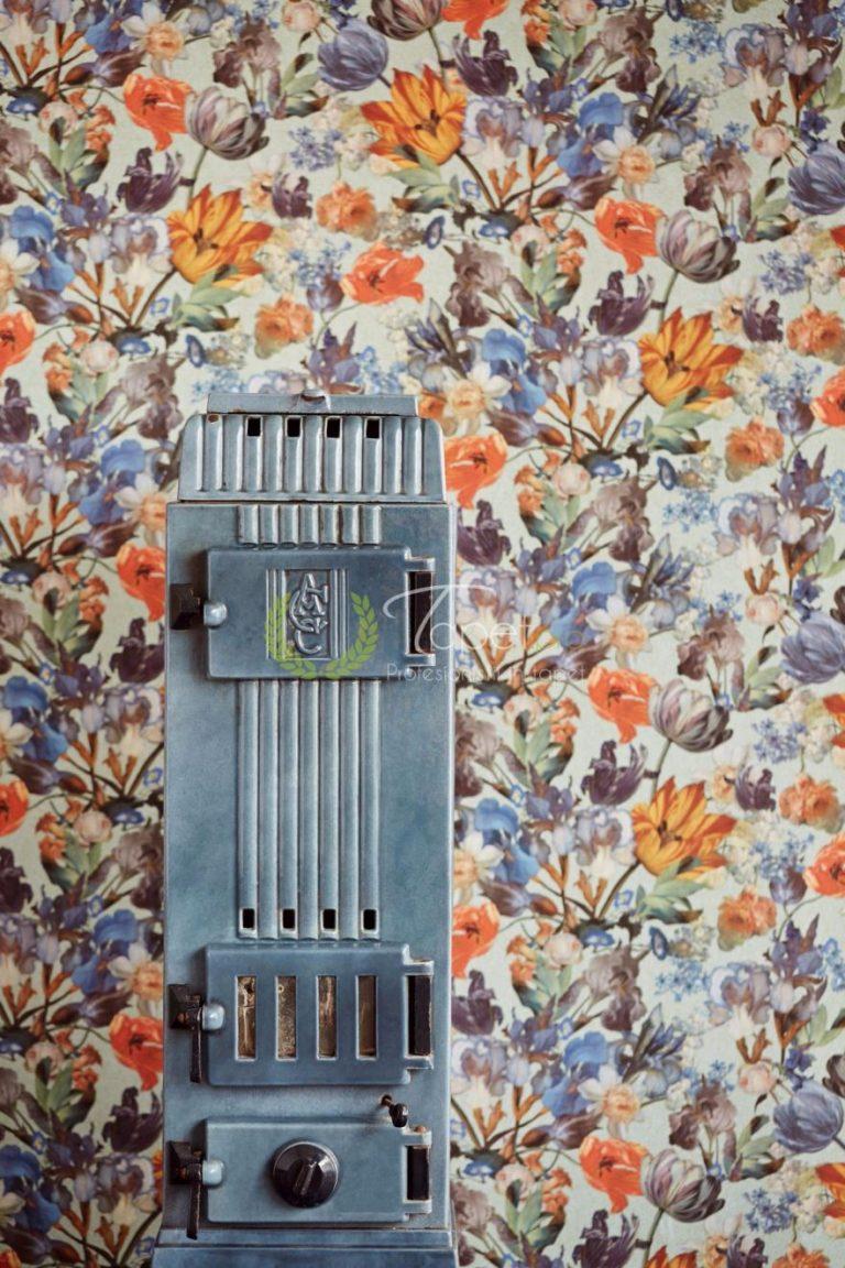 Tapet clasic cu elemente decorative florale in nuante de portocaliu si albastru.