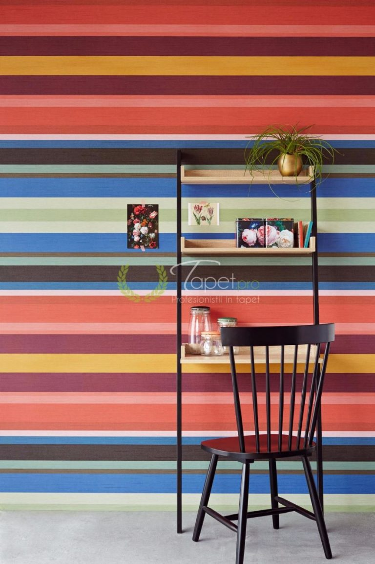 Tapet clasic cu dungi orizontale in nuante de: olive, albastru, galben mustar, visiniu si roz.