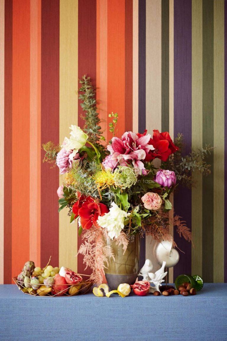Tapet clasic cu dungi verticale in nuante de: olive, albastru, galben mustar, visiniu si roz.