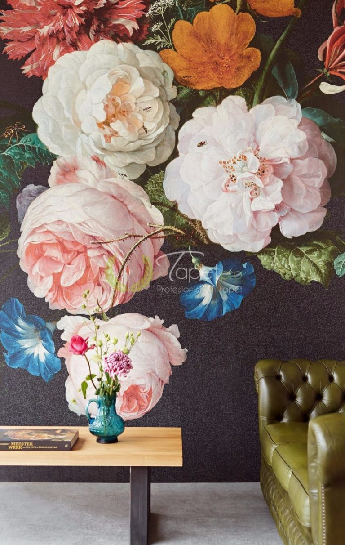Tapet clasic, realistic cu flori pe fundal negru .