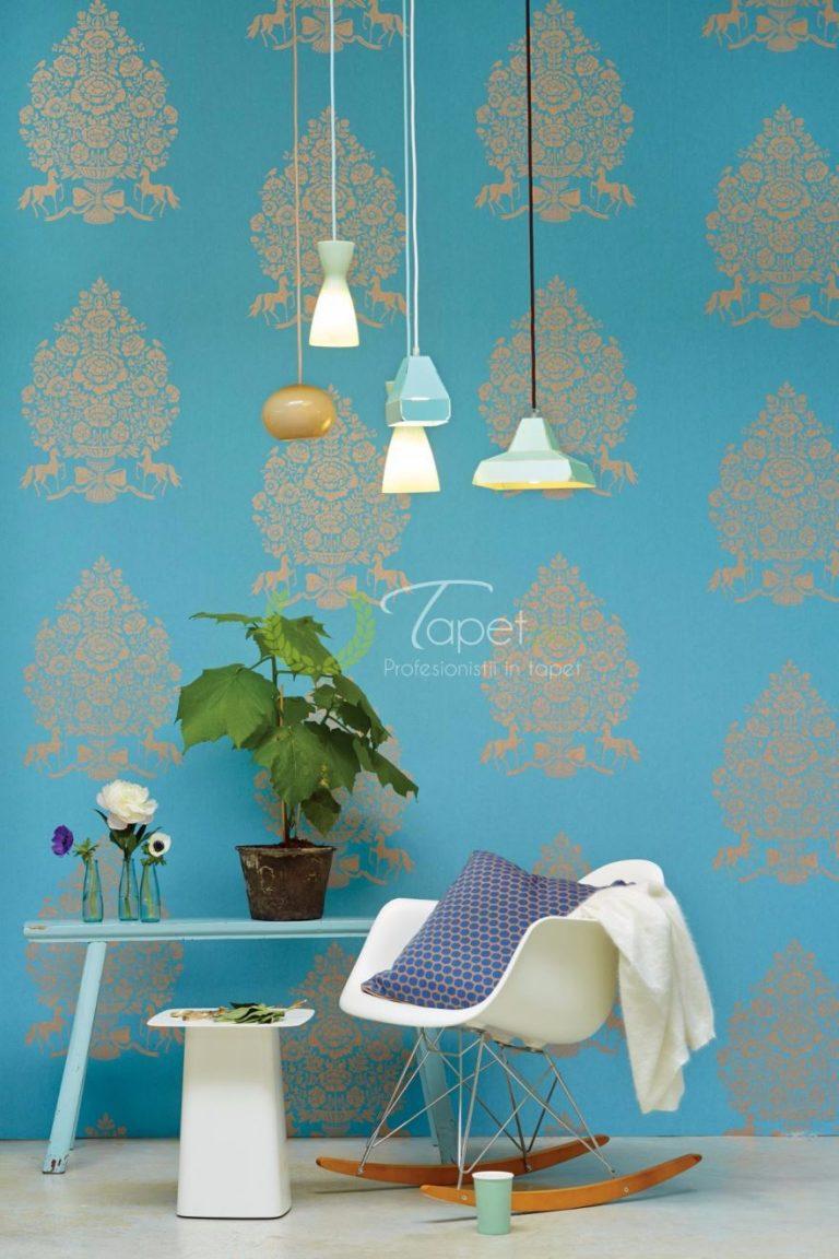 Tapet clasic cu elemente decorative elegante in nuanta de bej si turcoaz.