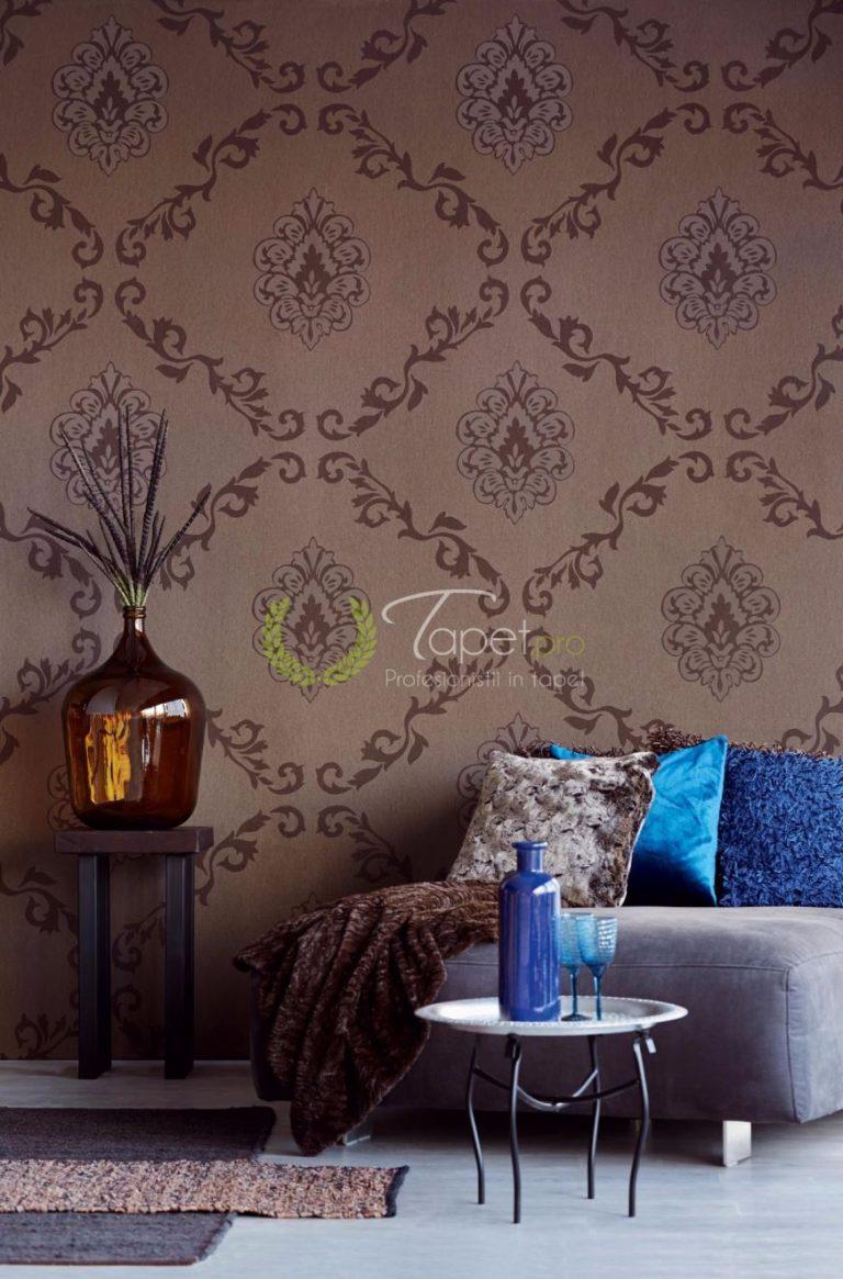 Tapet cu model clasic elegant si elemente decorative bej inchis.