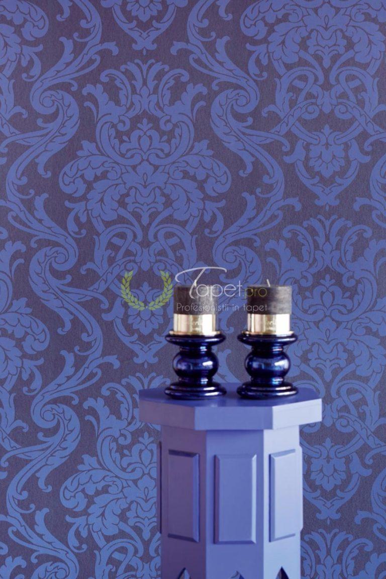 Tapet clasic elegant cu elemente decorative nuanta safir.