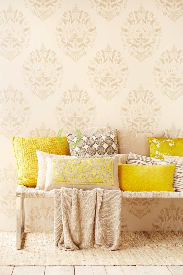 Tapet clasic elegant cu elemente decorative de bej si crem.