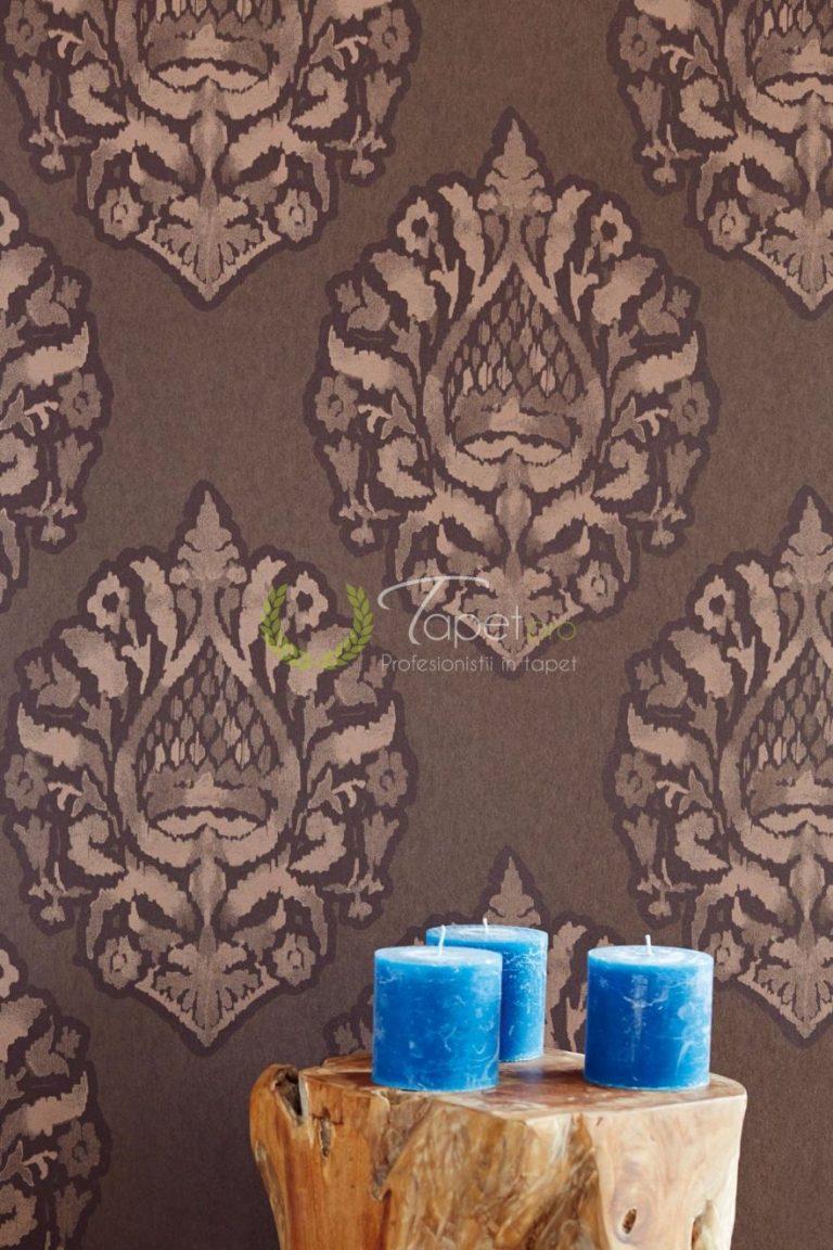 Tapet clasic elegant cu elemente decorative nuanta ciocolatie.