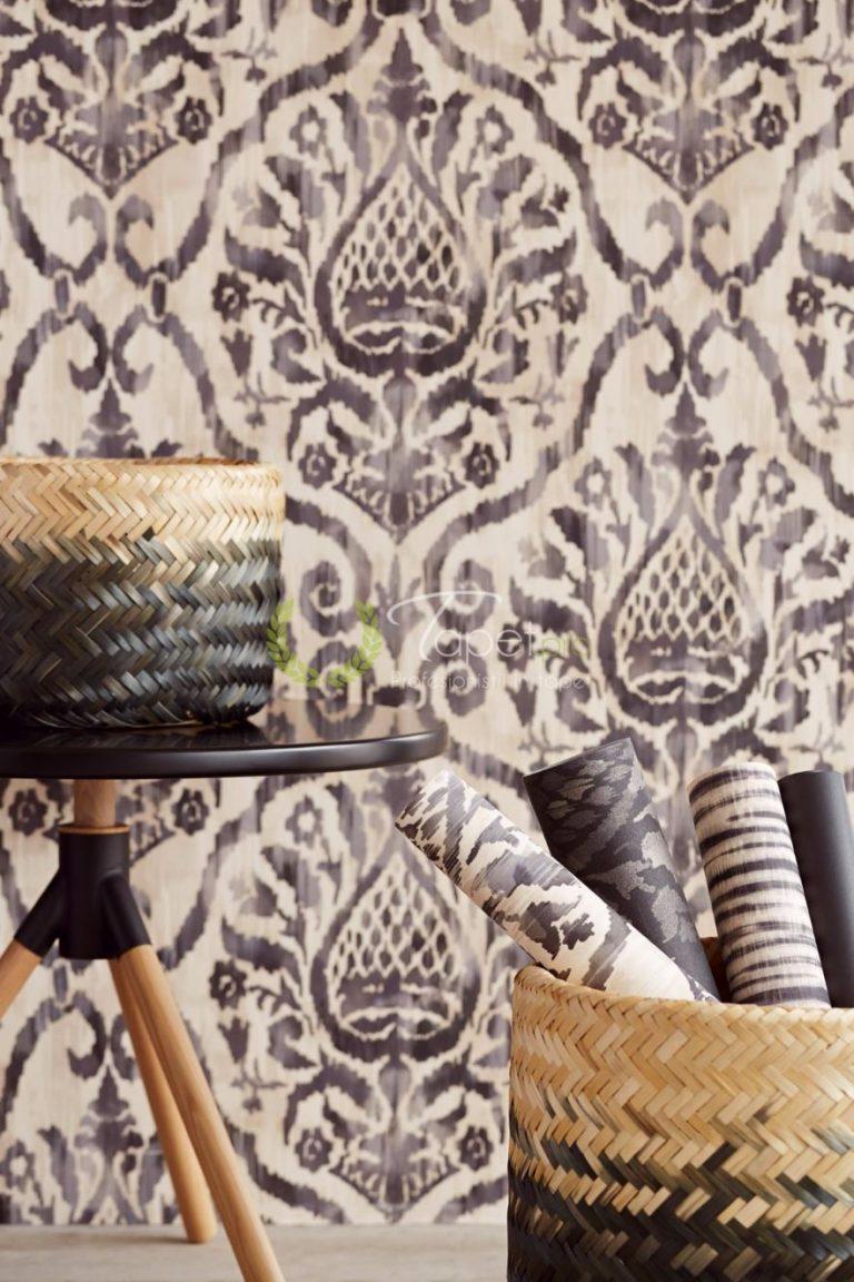 Tapet clasic elegant cu elemente decorative nuanta bej inchis.