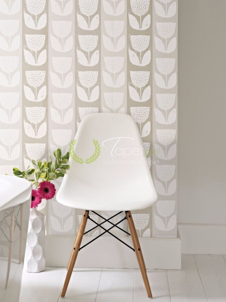 Tapet modern cu dungi verticale late si insertii florale in tonuri de bej - nisip.