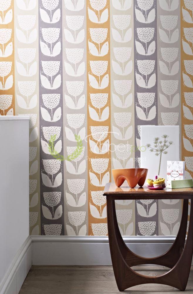 Tapet modern cu dungi verticale late si insertii florale in tonuri de portocaliu, gri si lila.