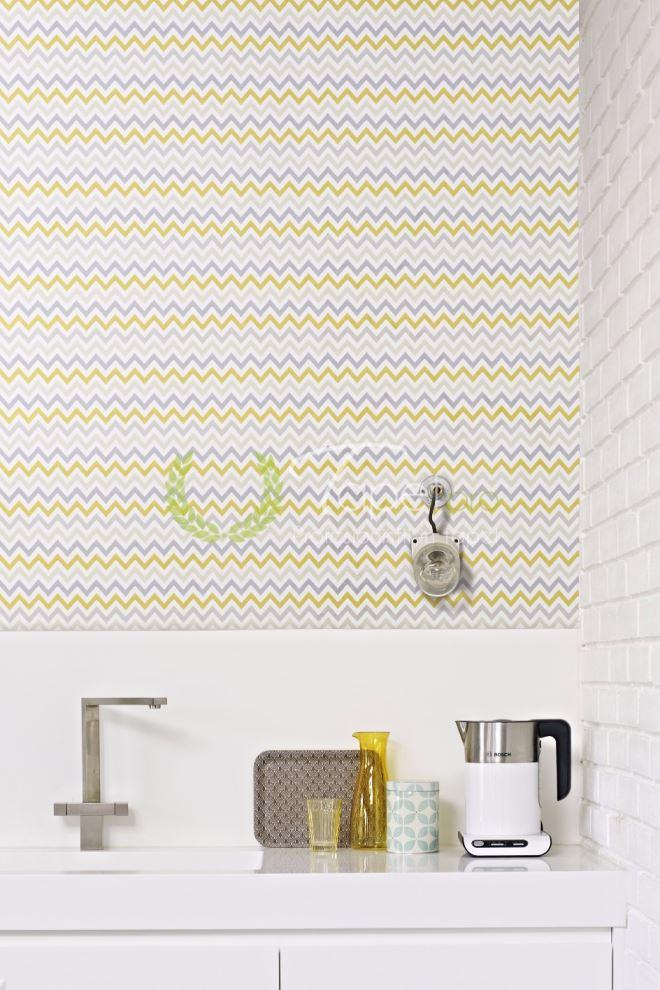 Tapet modern geometrizat cu fundal alb si insertii in degrade in tonuri de gri si galben.