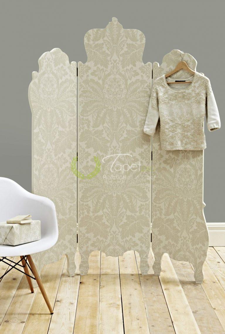 Tapet textil in tonuri de crem si model floral clasic
