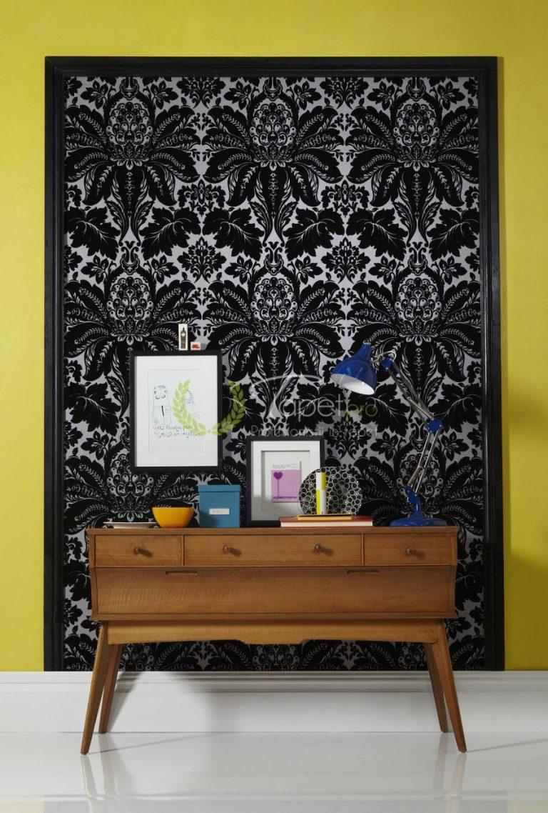 Tapet textil cu fundal alb din catifea si model floral clasic negru