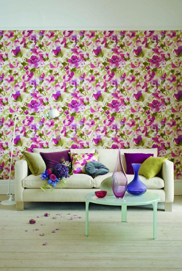 Tapet clasic cu imprimeu floral in nuanta de magenta.
