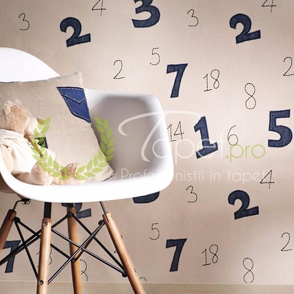 Tapet pentru copii fundal alb cu numere in nuanta albastru inchis.