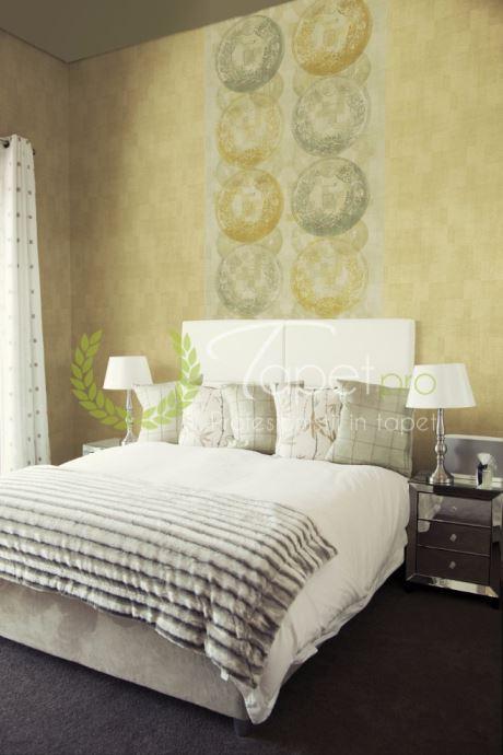 Tapet modern cu aspect stucco venetian si elemente decorative japoneze in nuante de gri si galben auriu.