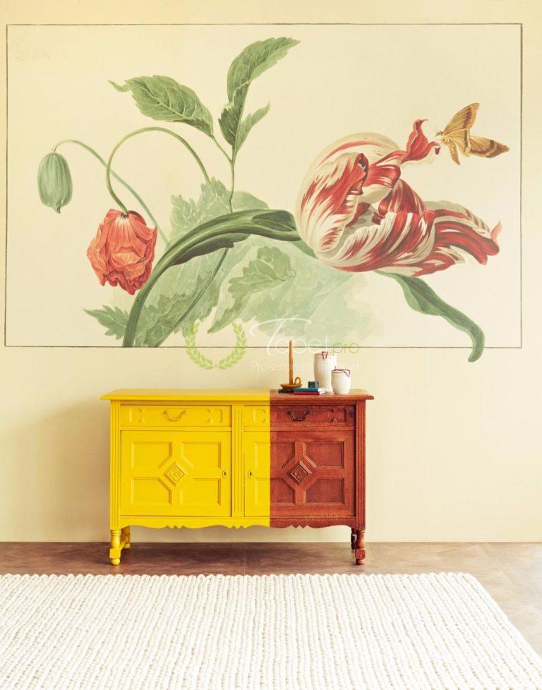 Tapet clasic cu print floral, lalea si mac in nuante de verde, crem si rosu.